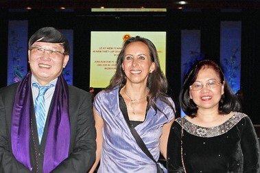 Chị Isabelle Müller và vợ chồng Đại sứ Nguyễn Hữu Tráng, Nguyễn Thị Hoàng Anh