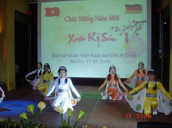 Dai su quan Viet Nam tai Duc to chuc don tet Ky suu 2009