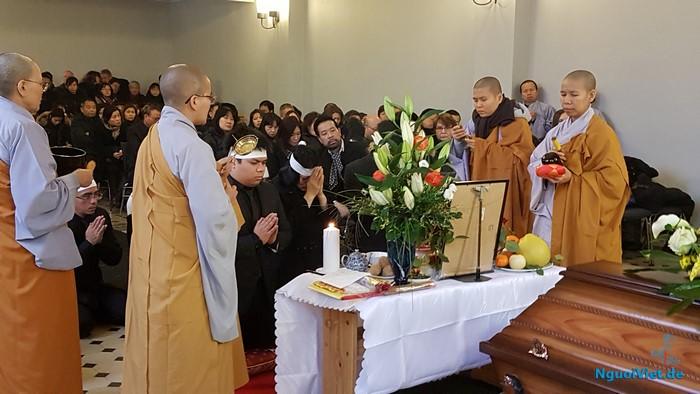 NguoiViet.de - Tang lễ ông Trần Mạnh Thái: Lễ cầu siêu