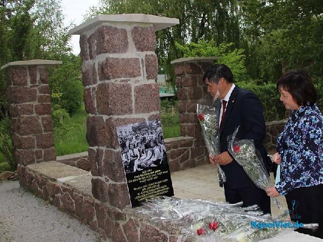 Đại sứ Đoàn Xuân Hưng đặt hoa tại khu tưởng niệm Bác Hồ ở Moritzburg.
