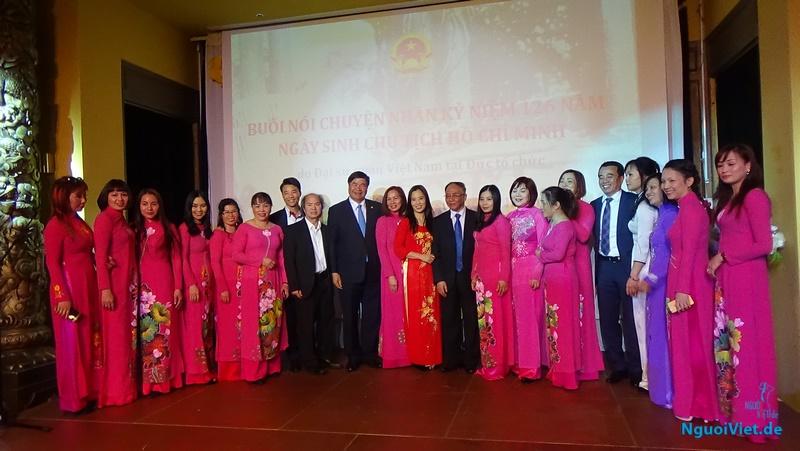 GS Hoàng Chí Bảo và Đại sứ Đoàn Xuân Hưng chụp ảnh lưu niệm với bà con kiều bào (quê Bác) Nghệ An sau buổi nói chuyện. Ảnh: Lương Cường
