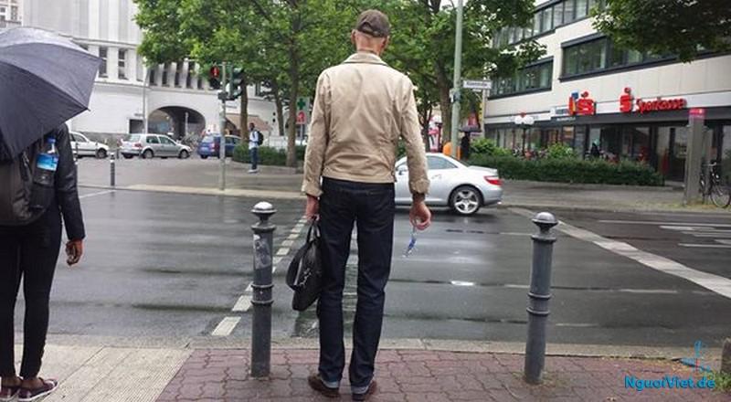 Ông binh thản cầm miếng thủy tinh đợi đèn xanh, sang đường và bỏ vào thùng rác ngay ngã tư.