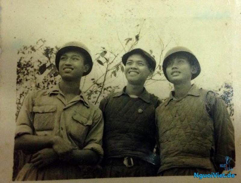 Bác Mạc (ở giữa) và đồng đội