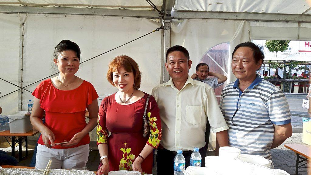 Vợ chồng anh Quang Anh đứng giữa.