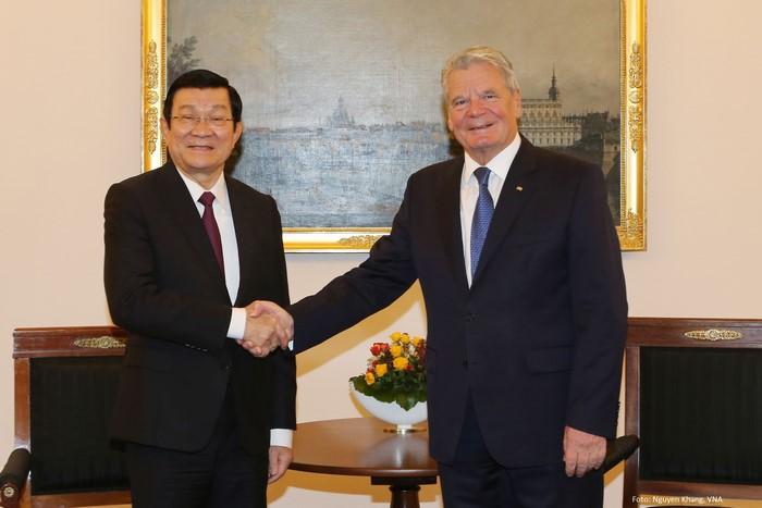 Tổng thống Đức Joachim Gauck đón Chủ tịch nước Trương Tấn Sang trong chuyến thăm cấp Nhà nước đầu tiên của nguyên thủ Việt Nam đến Đức tháng 11/2015.  (Nguồn: Nguyễn Khang/TTXVN)