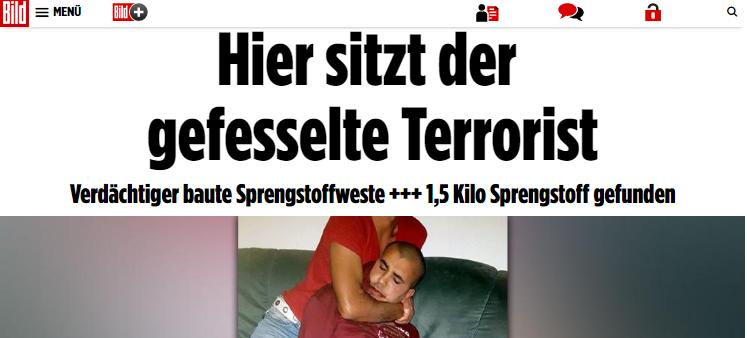 Tên khủng bố Al-Bakr bị những người đồng hương Syrien bắt giữ tại quận Leipzig - Paunsdorf, đang chờ cảnh sát đến mang đi. (Vì lý do bản quyền, chúng tôi chỉ chụp một phần của bức ảnh đăng trên báo bild.de. Mong bạn đọc thông cảm)
