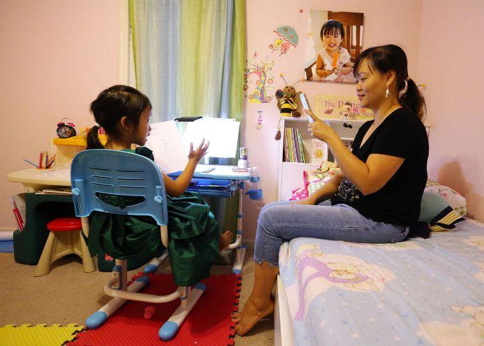 Cô giáo nhí Mai Phạm và mẹ Nga Đinh đang chuẩn bị bài giảng. Nguồn: Times Daily