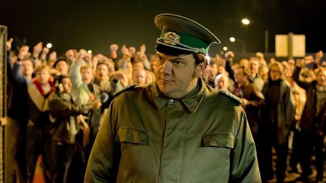 """Trung tá Harald Schäfer (tên nhân vật ngoài đời là Jäger) do diễn viên Charlie Hübner đóng trong bộ phim lich sử""""Phố Bornholmer"""""""