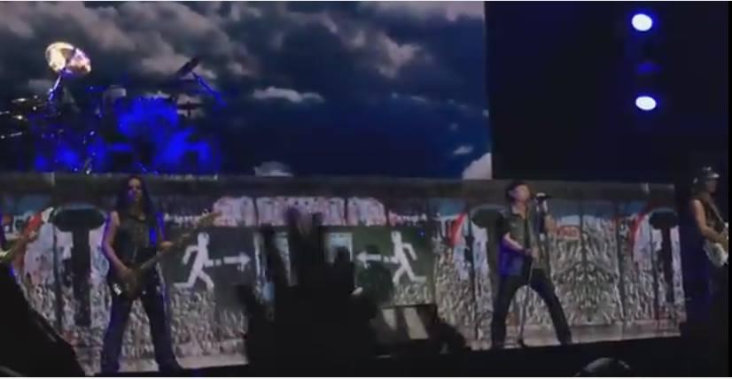 """Hà Nội, 23.10.2016. Ban nhạc rock Scorpion biểu diễn Ca khuc """"Win of Change"""" trên nền trang trí là bức tường Berlin rạn nứt."""