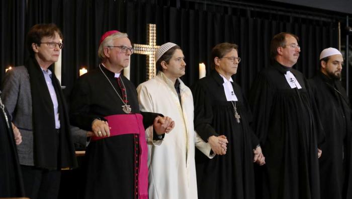 Đại diện các tôn giáo nắm tay nhau bày tỏ tình đoàn kết hôm 20.12.2016