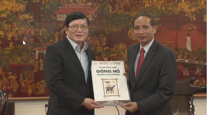 Phó Chủ tịch UBND tỉnh Nguyễn Hữu Thành tặng quà lưu niệm cho Tham tán Công sứ Thương mại Nguyễn Hữu Tráng