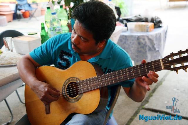 Anh Mạnh Thái chia vui cùng bạn bè đến thăm gia đình trong Ngày Đàn ông 2013. Ảnh: Thế Sáng