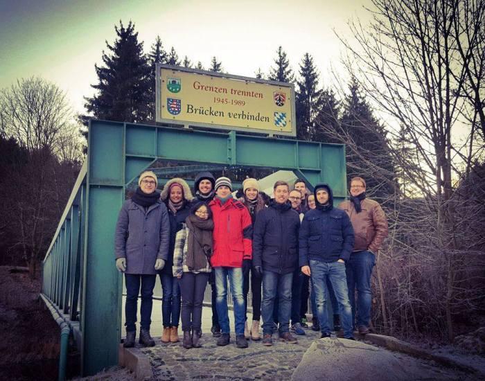 Con gái cùng các bạn đứng trên chiếc cầu nối liền Đông - Tây nước Đức ở nơi giáp giới các bang Thürinhen và Bayern. (Brücken verbinden). Ảnh: NVCC