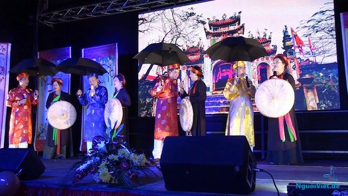 Tiết mục dân ca quan họ Bắc Ninh của Hội người cao tuổi Rostock trong chương trình vui Xuân và đón Tết Đinh Dậu tại Rostock ngày 15.01.2017.