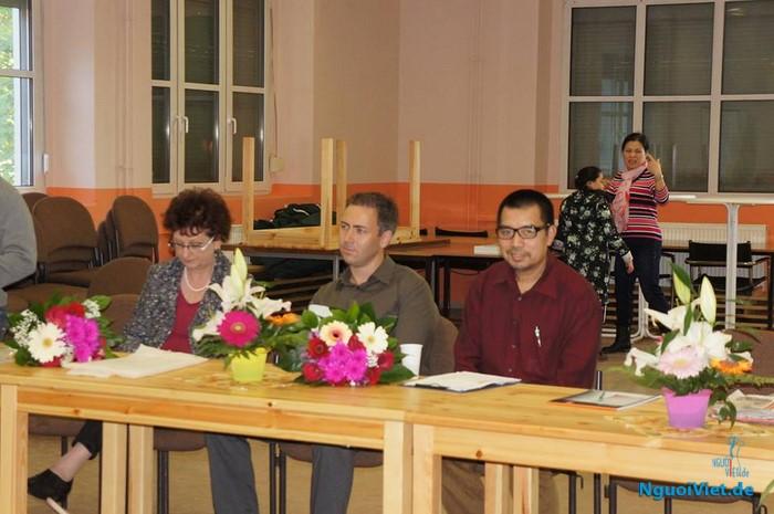 Đại diện thành phố Ludwigsfelde và anh Trừng - Hội phó Hội người Việt đến dự lớp hôm khai mạc