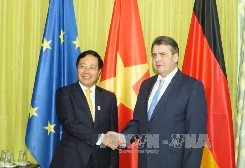 Phó Thủ tướng, Bộ trưởng Bộ Ngoại giao Phạm Bình Minh (trái) đã tiếp xúc song phương với Bộ trưởng Ngoại giao Đức Sigmar Gabriel. Ảnh: Phạm Văn Thắng (P/v TTXVN tại Đức)