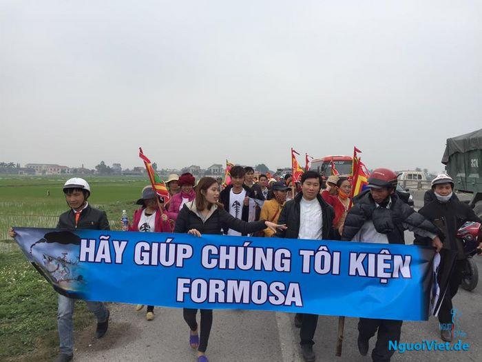 Hôm nay 14.02 rất nhiều người đi đến huyện Kỳ Anh, Hà Tĩnh để nộp đơn kiện Công ty Formosa. Nguồn: Facebook.