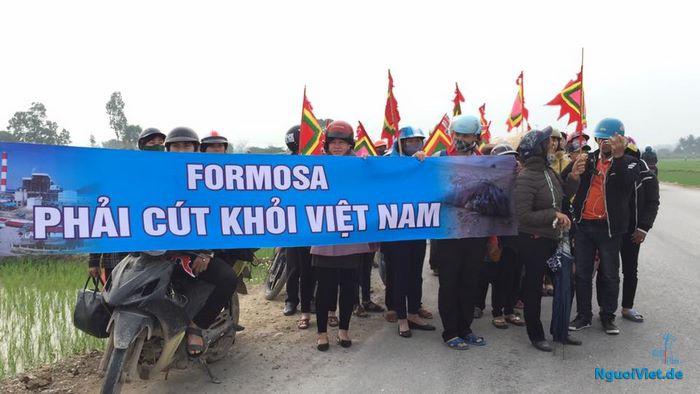 Người dân giáo xứ Song Ngọc, xã Quỳnh Ngọc (Quỳnh Lưu, Nghệ An) đi nộp đơn kiện Formosa ngày 14.02. Ảnh: FB