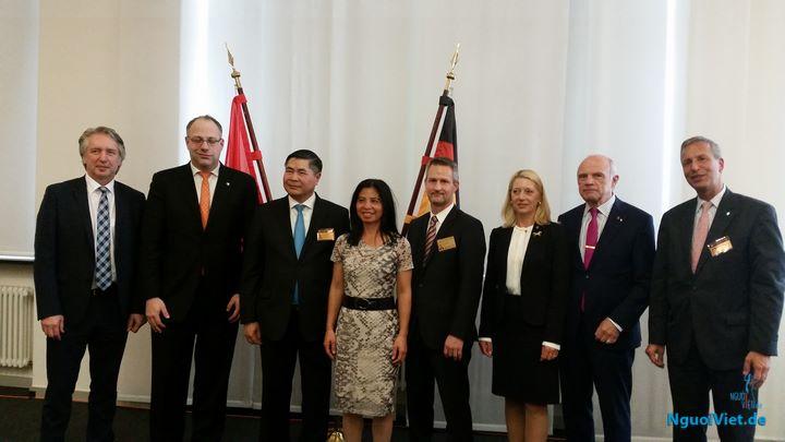 Đại sứ Đoàn Xuân Hưng với một số doanh nghiệp và BTC