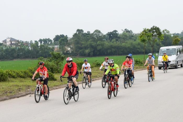 Đại sứ Mỹ đạp xe, dâng hương tại Đền Hùng.