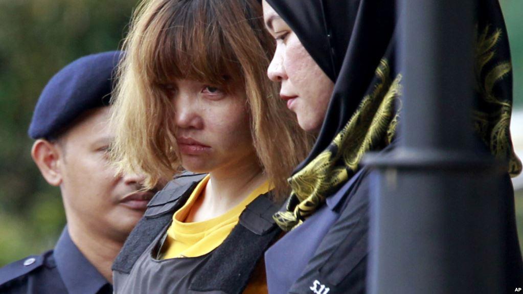 Đoàn Thị Hương mang áo chống đạn bị áp tải ra tòa ở Malaysia hôm 01.03. Nguồn ảnh: VOA