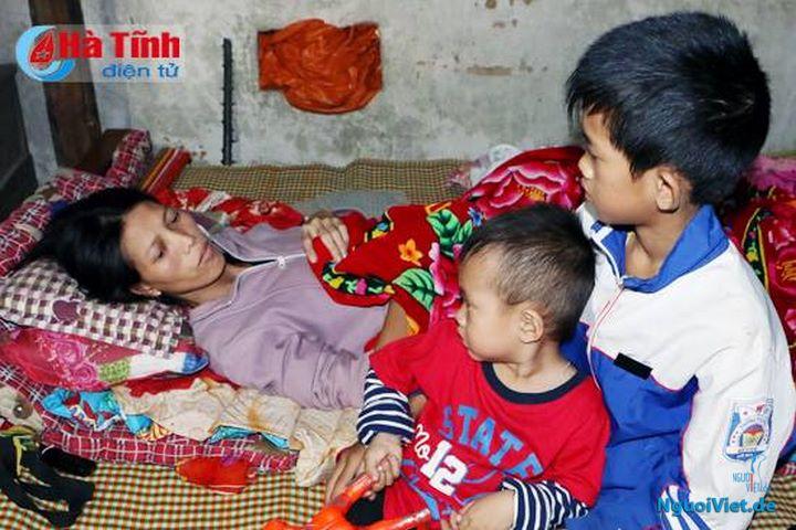 Chị Nguyễn Thị Châu ở Kỳ Văn (Kỳ Anh) có chồng mất vì bệnh hiểm nghèo, bản thân chị bị tai nạn liệt tụy nằm bất động trên giường lâu nay nhưng không có tiền đi bệnh viện. Ảnh: Báo Hà Tĩnh