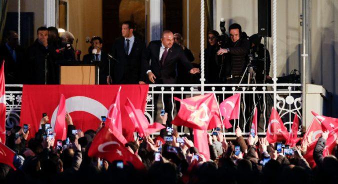Ngoại trưởng Thổ trong  TLSQ Thổ Nhĩ kỳ tại Hamburg. Nguồn: Internet