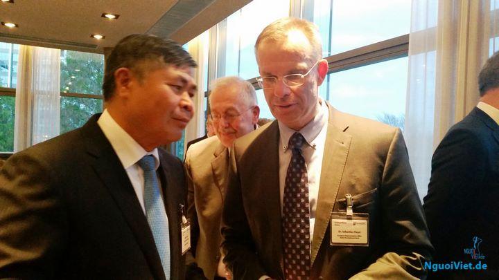 Đại sứ Đoàn Xuân Hưng giao lưu và trao đổi với các đại biểu tại hội thảo.