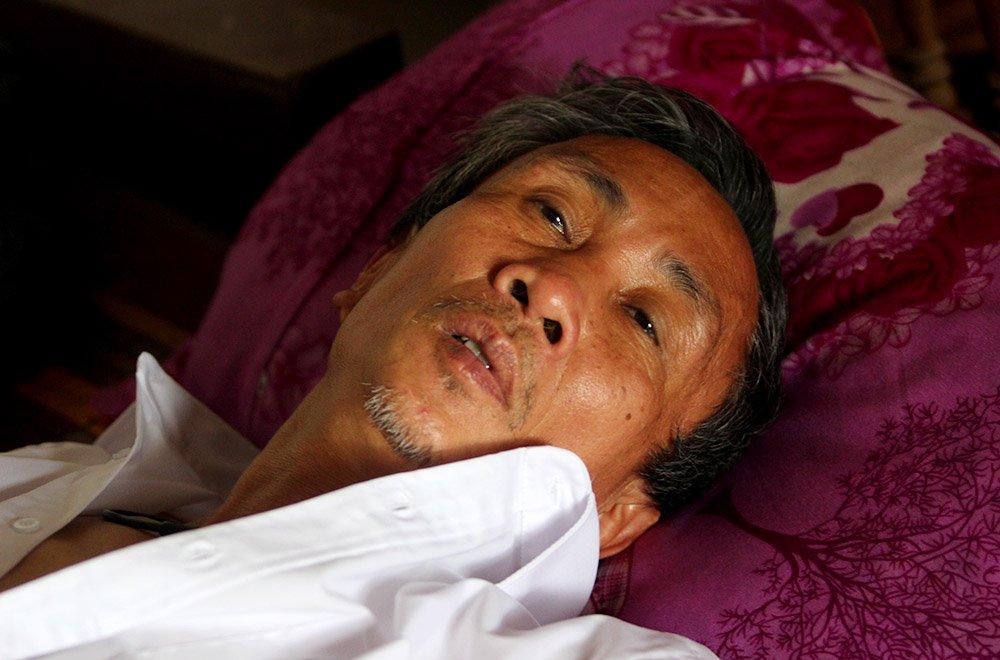 Ông Hàn Đức Long mệt mỏi sau cú sốc tinh thần vừa xảy đến. Ảnh: Đoàn Bổng (VNN)