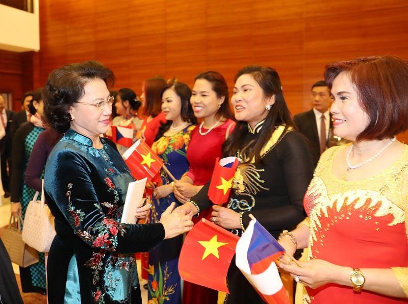 Chủ tịch Quốc hội Nguyễn Thị Kim Ngân gặp mặt Hội người Việt Nam tại Cộng hòa Séc. Ảnh: Trọng Đức