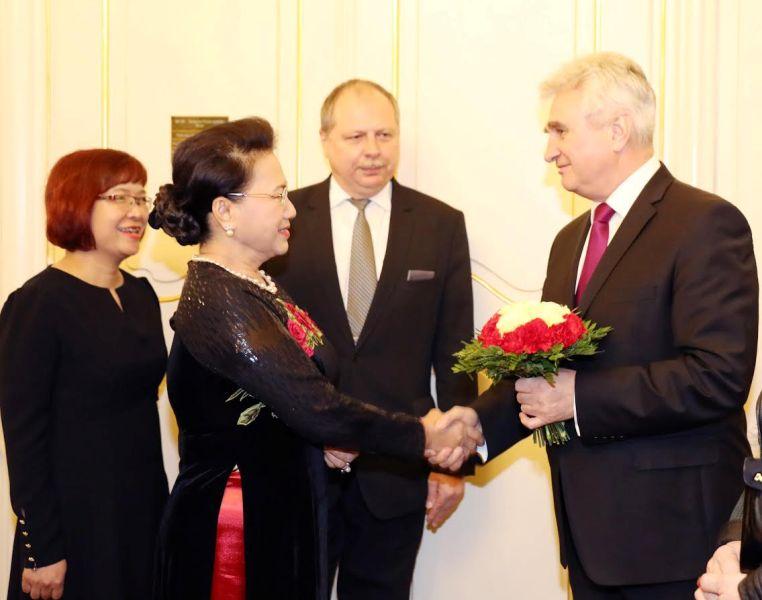 Chủ tịch Thượng viện Cộng hòa Séc Milan Stech đón Chủ tịch Quốc hội Nguyễn Thị Kim Ngân.  Ảnh: Trọng Đức