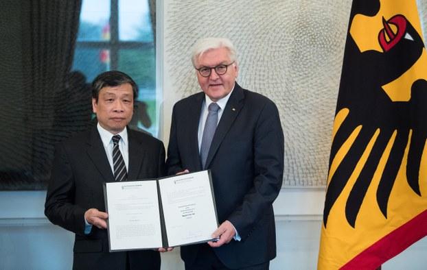 Tổng thống Đức Frank-Walter Steinmeier (bênphải) đón tiếp ông Vũ Quốc Dụng, người đại diện LS Nguyễn Văn Đài, tại Dinh Tổng thống Đức ở thủ đô Berlin. Foto:AFP