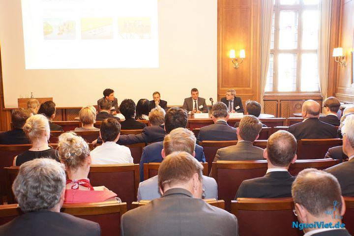 Các đại biểu thảo luận về cơ hội đầu tư vào Việt Nam