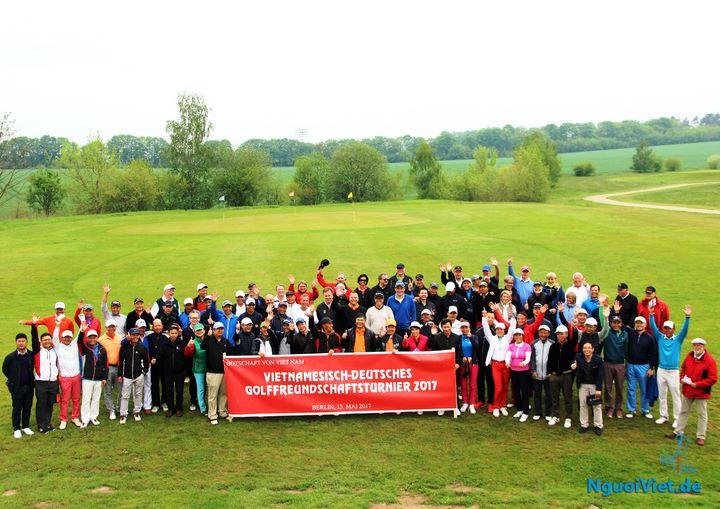 Các golf thủ chụp ảnh lưu niệm trước khi bước vào tranh tài.