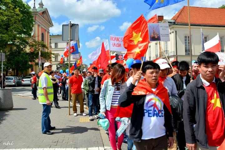 Ông Phan Châu Thành (mặc áo bảo hộ màu vàng) đang giữ trật tự trong một cuộc biểu tình chống Trung Quốc xâm lược. Ảnh: NVCC