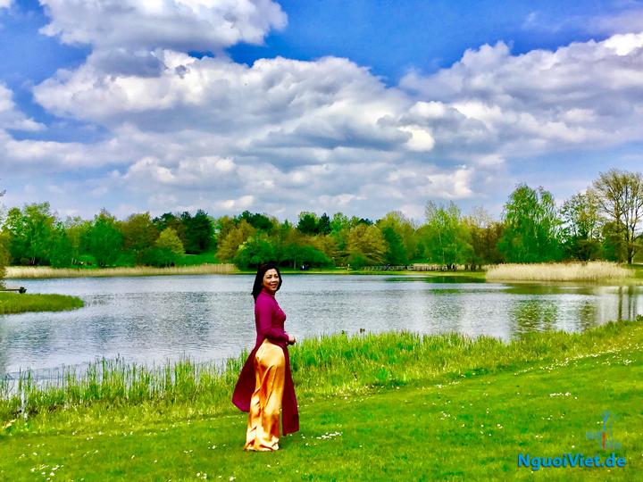 Hồ xanh xanh gợn mùa Thu / Sóng chao mặt nước từ từ ngó mây. Hình minh họa: NVCC.
