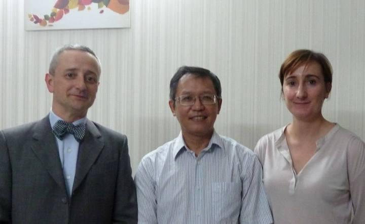 ÔngPhạm Minh Hoàng (giữa),  cựu giảng viên Đại học Quốc gia Thành phố Hồ Chí Minh, vừa tuyên bố kiên quyết từ bỏ quốc tịch... Pháp.