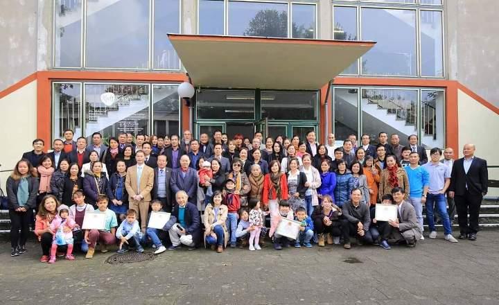 Chụp ảnh chung tại Lễ giỗ tổ họ Dương ở Đức lần thứ 4 năm 2016 (xem ảnh to hơn ở cuối bài)