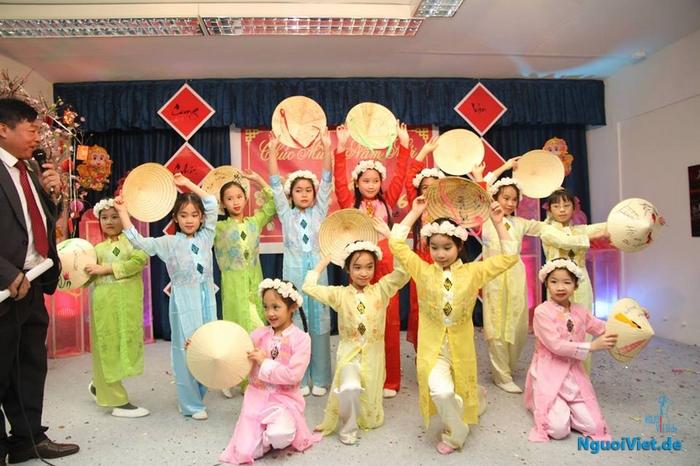 Các cháu đội múa thiếu nhi hội Thiện từ tâm Berin trong một lần biểu diễn. Nguồn: Hội TTT