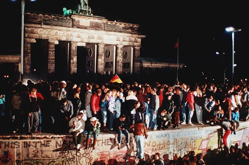 Hàng nghìn người từ Đông và Tây Berlin vượt qua cổng thành Brandenburger Tor.