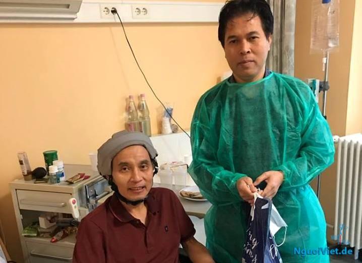 Chủ tịch Hội Đồng hương Hà Tĩnh tại CHLB Đức Nguyễn Đình Xuân đến thăm hỏi anh Dương Đình Tú (bên trái) tại bệnh viện.