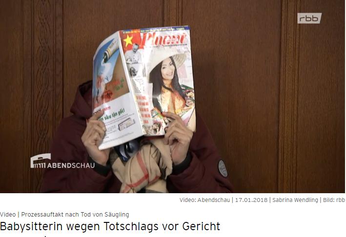 """Bị cáo L. T. Liên che mặt bằng tờ tạp chí """"Phụ nữ"""" tại tòa hôm 17.01.2018 (Ảnh chụp màn hình)"""