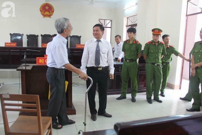 Bị cáo Nguyễn Khắc Thủy và thẩm phán chủ tọa Huỳnh Ngọc Thiện tại tòa án. Nguồn: Internet