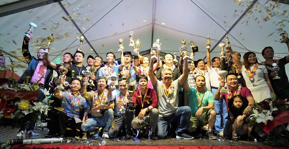 Các vận động viên đoạt cup chụp ảnh lưu niệm. Ảnh: Nguyễn Hương
