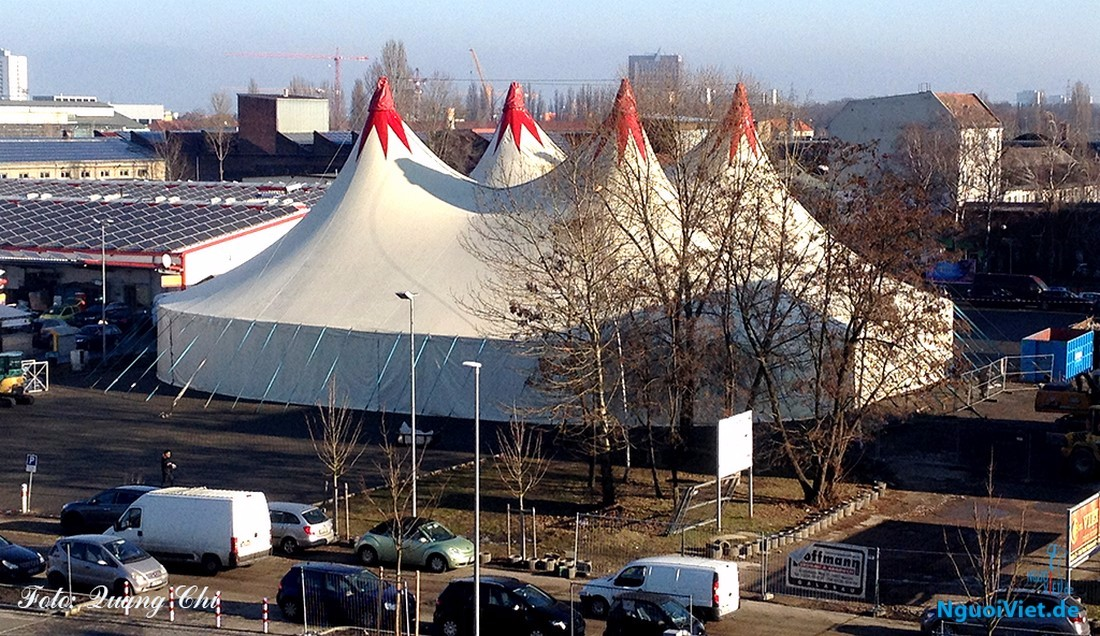 Ảnh: Lều bạt nơi diễn ra đêm văn nghệ Xuân yêu thương ngày 24.01.2017 tại TTTM Đồng Xuân Berlin. Ảnh: Quang Chí