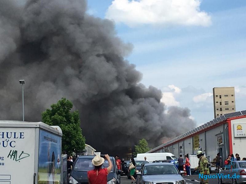 Cháy lớn ở cạnh chợ Đồng Xuân Berlin