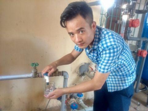 Thiết bị lọc nước của Đức lắp đặt tại trạm bơm nước thôn Thái Hòa, xã Hợp Đồng cho ra nước sạch uống ngay được tại vòi. Ảnh: Gia Bảo