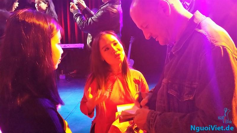 Tác giả S. Hansen và ca sĩ Mai Khôi sau buổi diễn ở Berlin. Ảnh Hà An