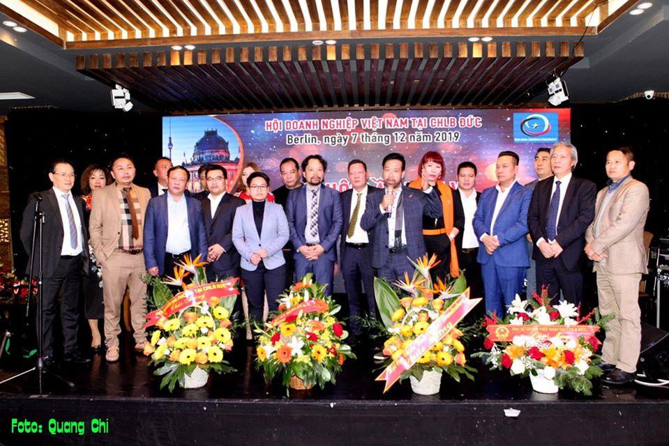BCH Hội Doanh nghiệp Việt Nam tại CHLB Đức khóa VI ra mắt đại hội. Ảnh: Quang Chí