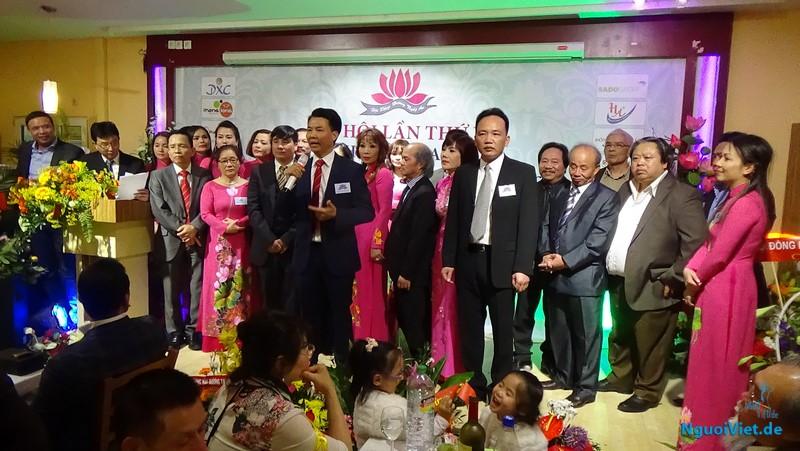 Tân Chủ tịch Hội Trần Văn Dũng (cầm micro) cùng BCH mới ra mắt Đại hội. Ảnh: Lương Cường
